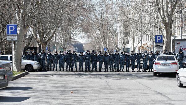Сотрудники полиции на улице Вазгена Саргсяна у здания МИД Армении