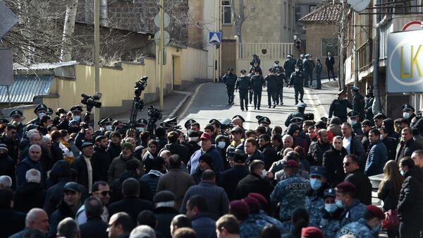 Сторонники оппозиции и сотрудники полиции на улице Заробяна в Ереване