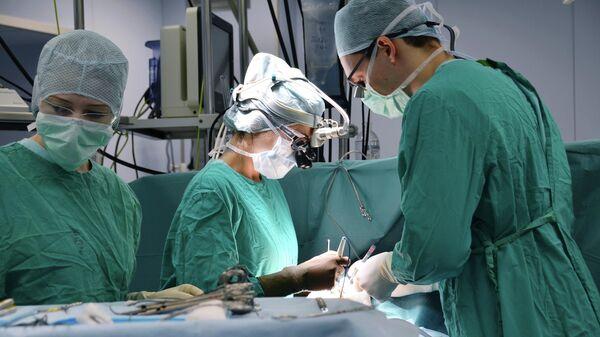 Кардиохирурги Центра Мешалкина во время хирургическую коррекцию редкого врожденного дефекта сердечно-сосудистой системы новорожденному