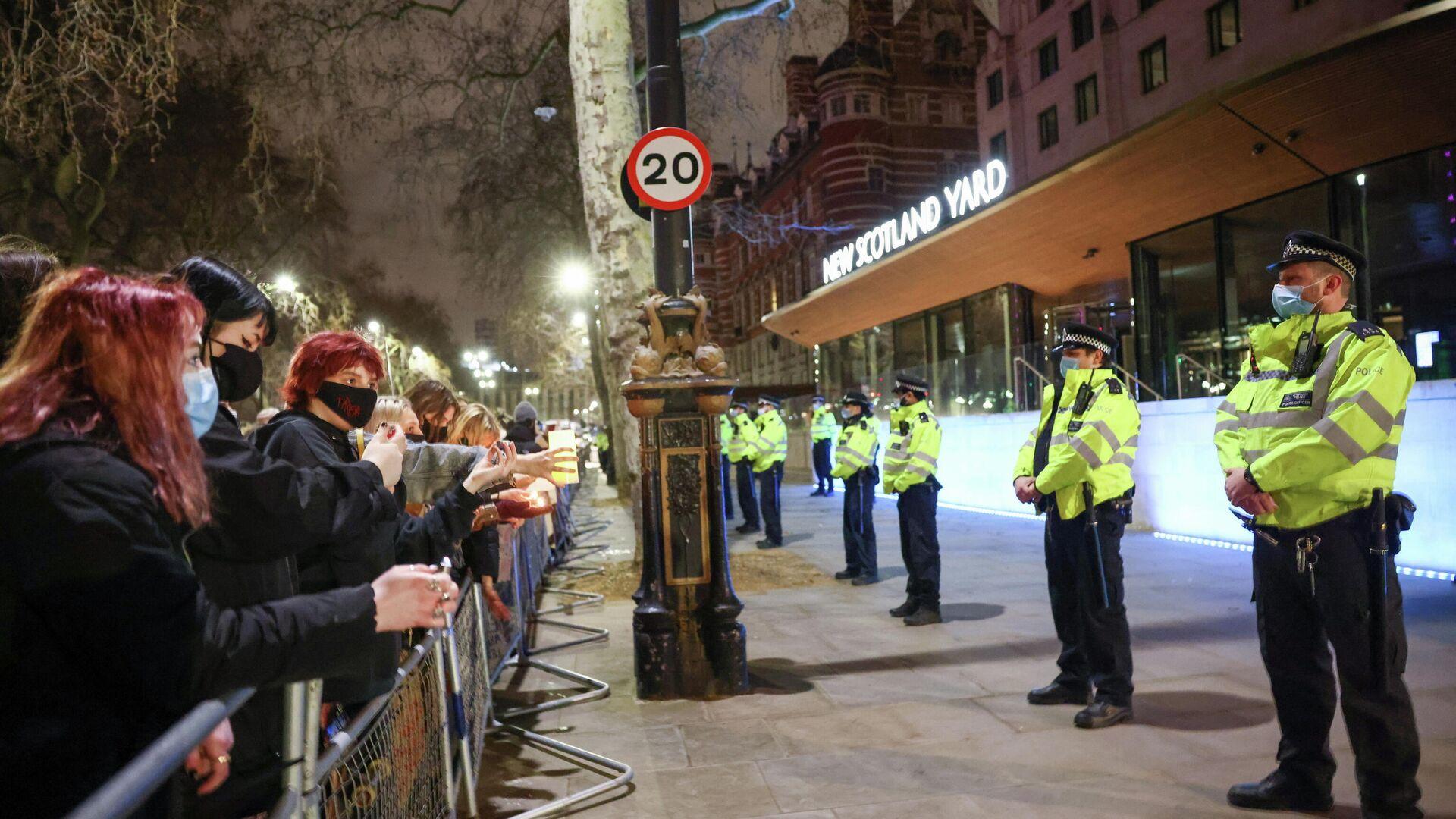 Протесты у здания Скотланд-Ярда в Лондоне после убийства Сары Эверард  - РИА Новости, 1920, 16.03.2021