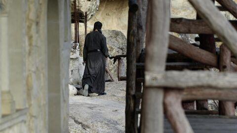 Монах на территории пещерного монастыря Челтер-Мармара, расположенного на обрыве горы Челтер-Кая