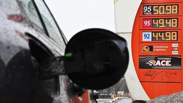 Табло с ценами на топливо на одной из АЗС сети ЕКА в Москве