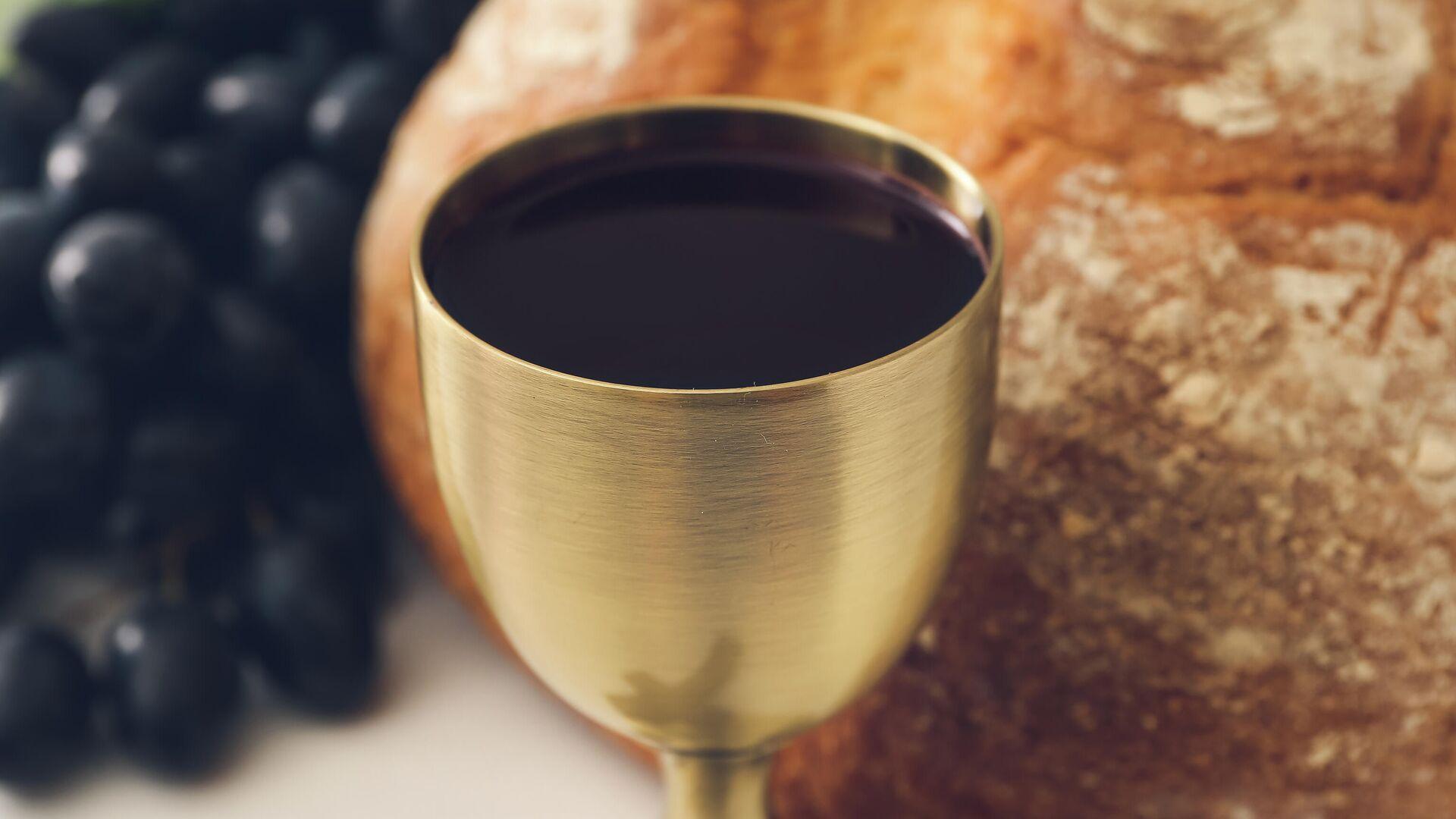 Чаша с вином на фоне хлеба и винограда - РИА Новости, 1920, 22.03.2021