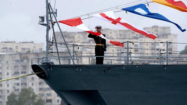 Военнослужащий на борту корабля Черноморского флота ВМФ России в Севастополе