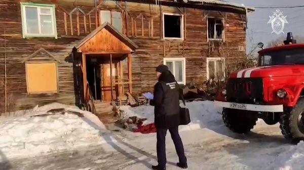Сотрудник СК РФ на месте пожара в многоквартирном доме в городе Лесосибирск Красноярского края