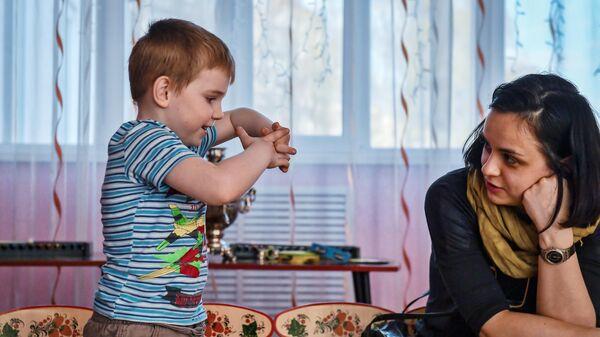 Психолог фонда Арифметика добра общается с воспитанником детского дома города Владимир