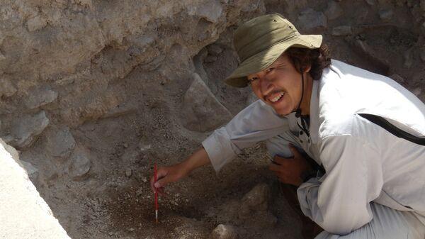 Кеничиро Цукамото во время раскопок древнего поселения майя Эль-Пальмар