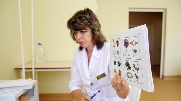 Психолог проводит нейродиагностику пациенту