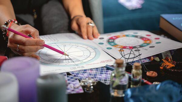 Астролог во время составления натальной карты