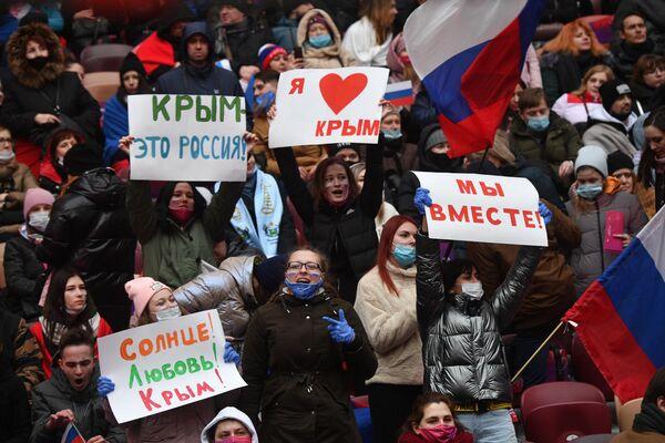 Зрители на концерте в Лужниках в честь воссоединения Крыма и России
