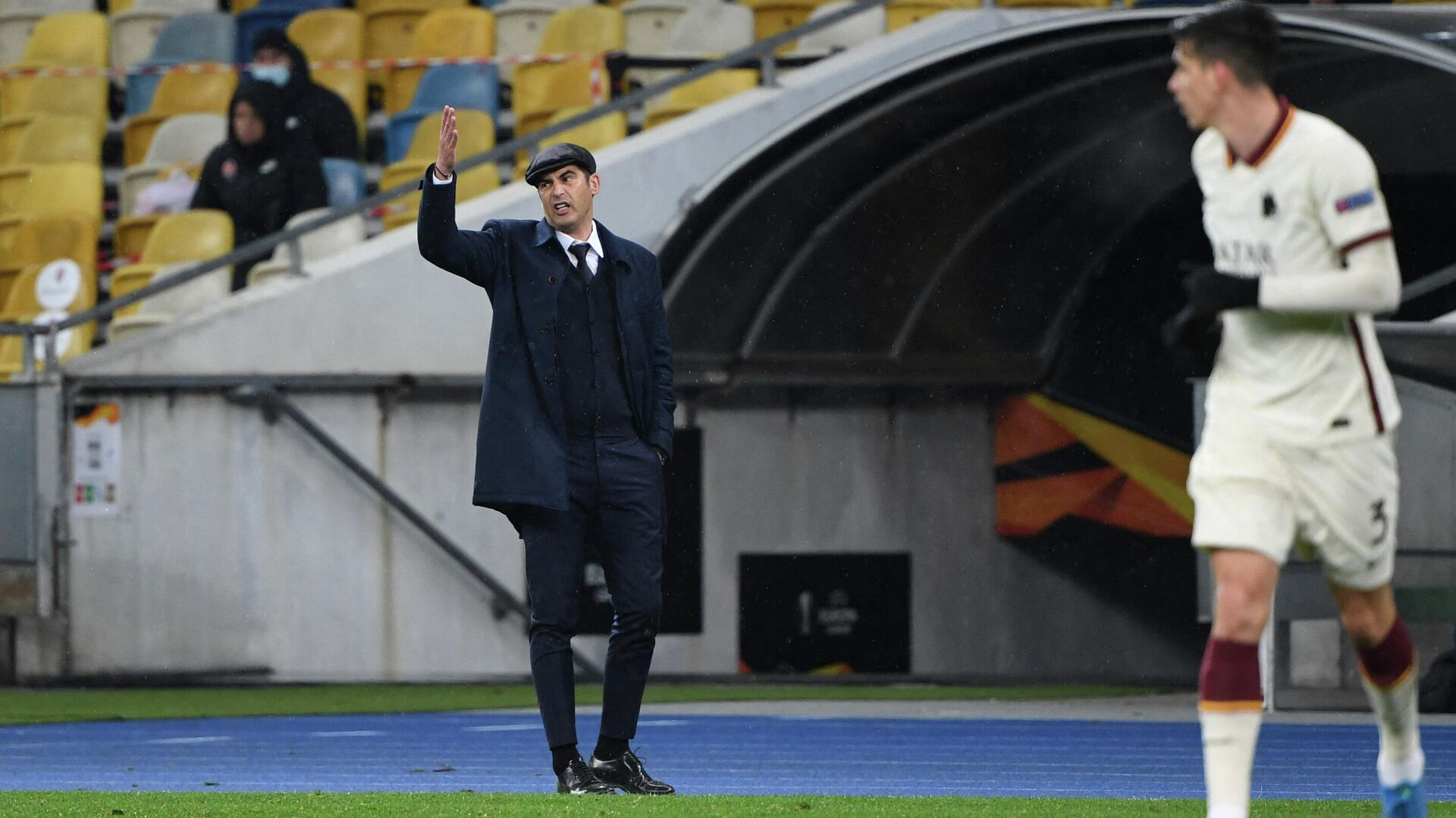 Roma's Portuguese coach Paulo Fonseca gestures from the sideline during the UEFA Europa League round of 16 second leg football match between Shakhtar Donetsk and Roma at the Olympiyski Stadium in Kiev on March 18, 2021. (Photo by Sergei SUPINSKY / AFP) - РИА Новости, 1920, 19.03.2021