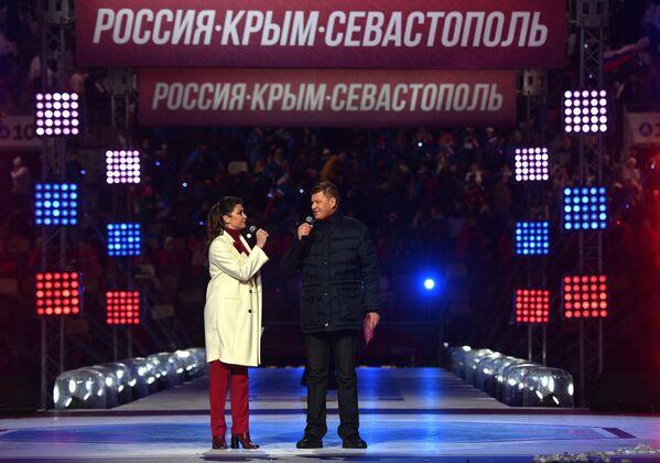 Ведущие концерта в честь воссоединения Крыма и России Дмитрий Губерниев и Мария Ситтель