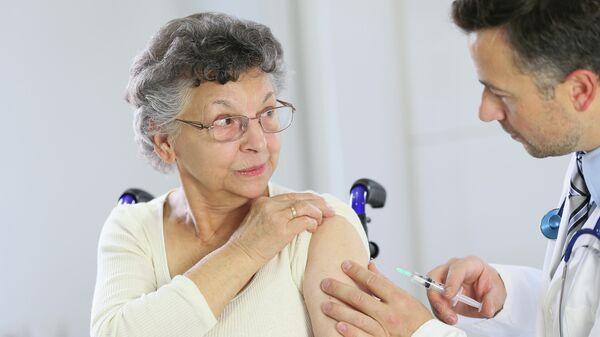 Женщина во время вакцинации