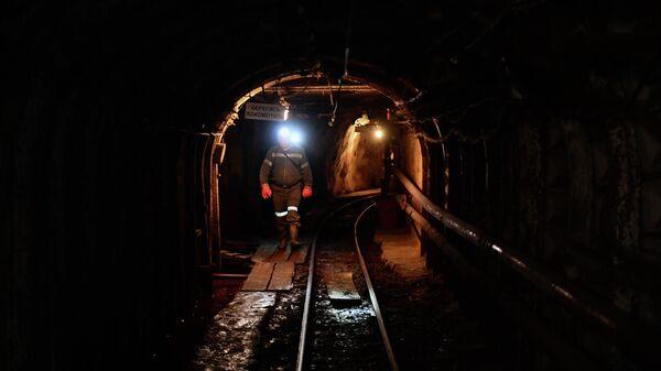 Рабочий в шахте Мариинского изумрудного прииска в Свердловской области