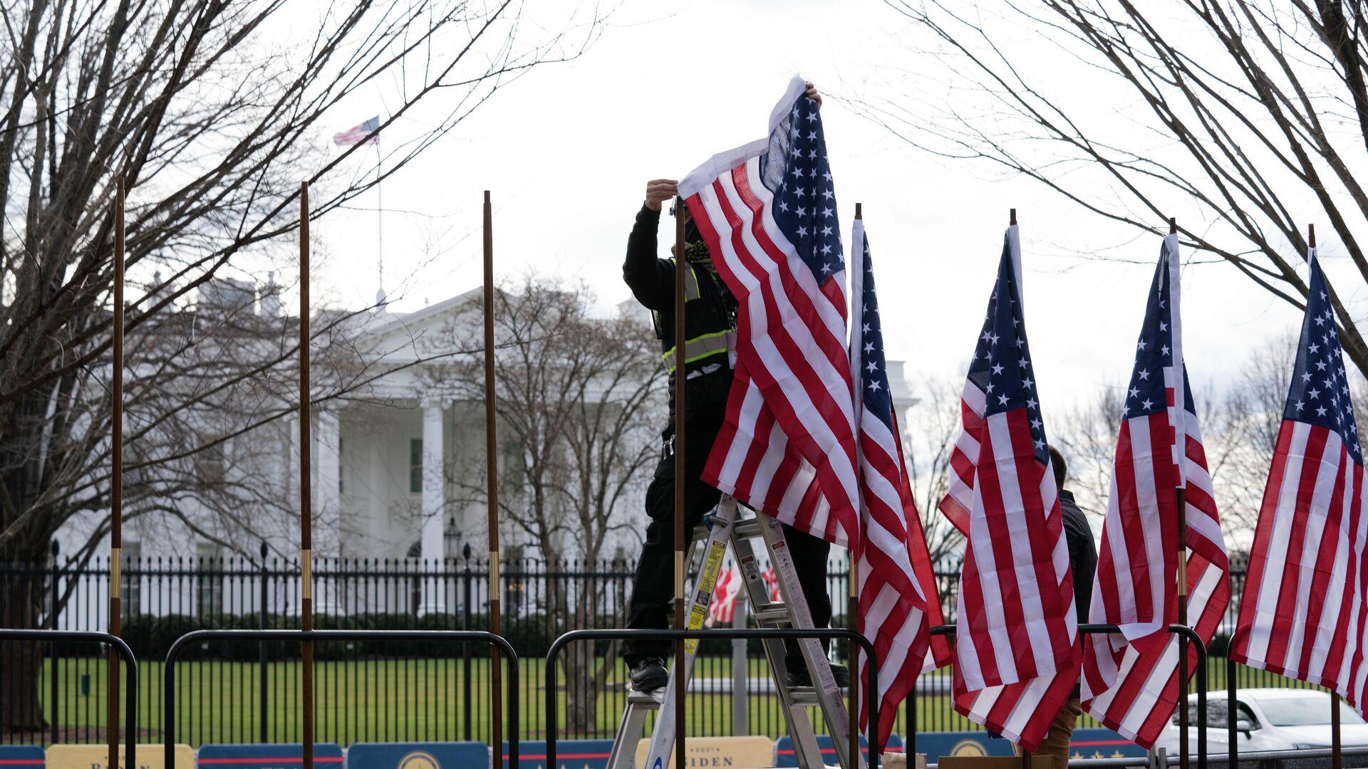 Рабочий устанавливает флаги возле Белого дома в Вашингтоне - РИА Новости, 1920, 09.04.2021