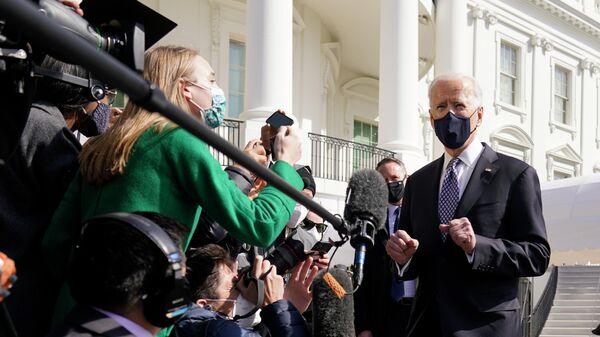 Президент США Джо Байден во время общения с журналистами