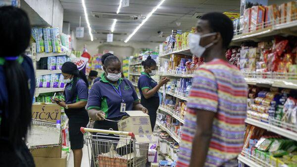Покупатели и персонал в одном из супермаркетов Лагоса, Нигерия