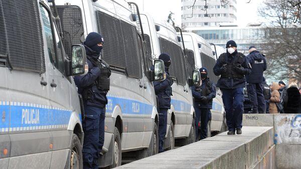 Сотрудники правоохранительных органов во время акции против карантинных ограничений в Варшаве