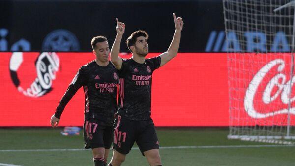 Футболисты мадридского Реала радуются забитому мячу