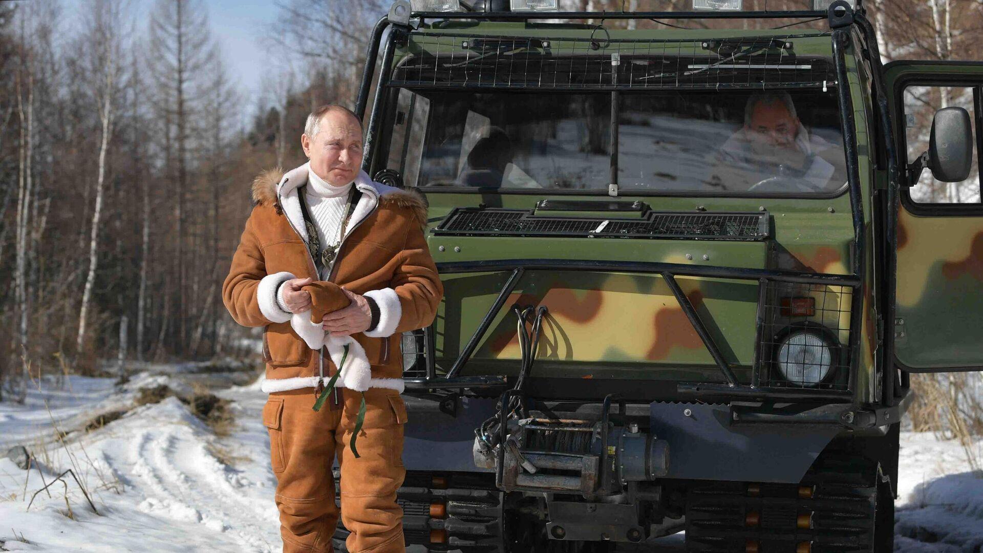Президент РФ Владимир Путин управляет вездеходом во время прогулки в тайге - РИА Новости, 1920, 24.03.2021