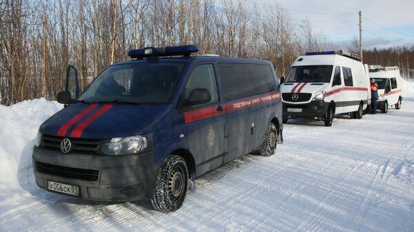 Автомобили Следственного комитета РФ и оперативного штаба по координации действий по спасению детей, попавших под снежную лавину в Хибинах