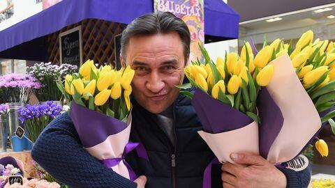 Актер Камиль Ларин выбирает цветы на Весеннем цветочном базаре в Петровском Пассаже