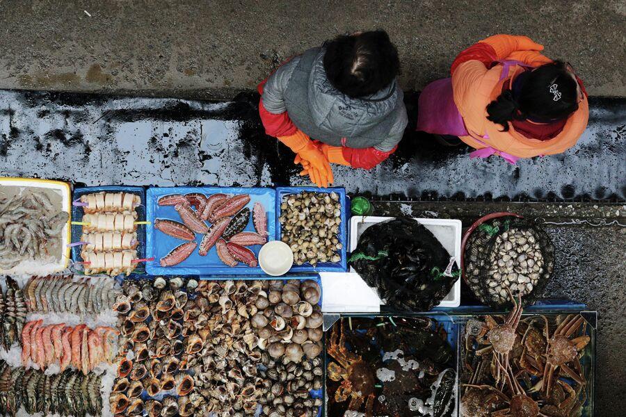 Прилавок с рыбой на рыбном рынке Норянджин в Сеуле