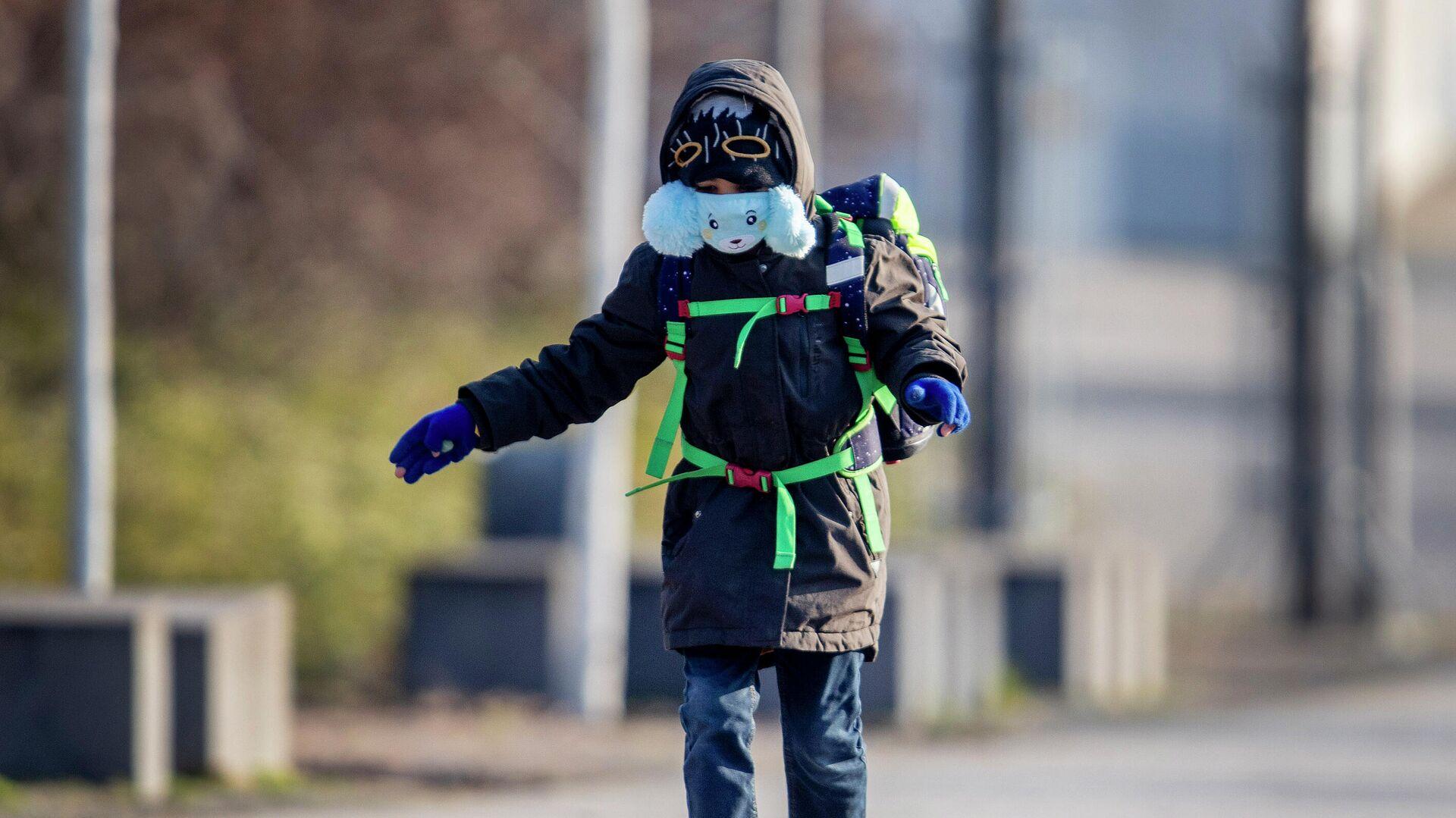 Мальчик в защитной маске идет в школу во Франкфурте, Германия  - РИА Новости, 1920, 08.04.2021