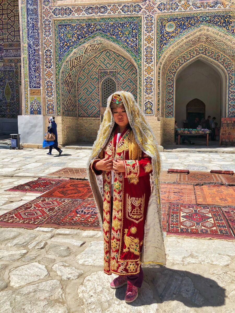 Наталья Тен в национальном костюме в Самарканде