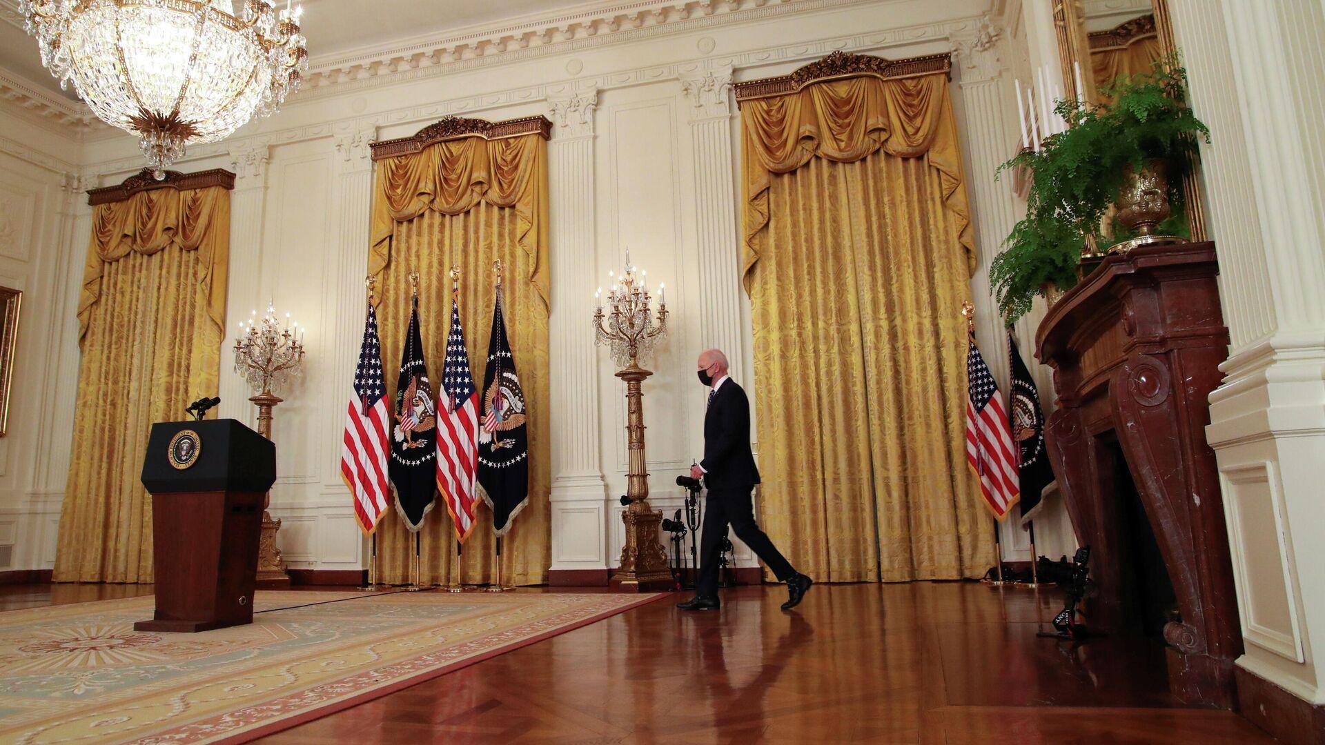 Президент США Джо Байден перед началом первой пресс-конференции в Белом доме в Вашингтоне - РИА Новости, 1920, 05.04.2021