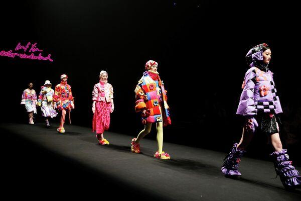 Модели на показе марки Yiqi Xia на Китайской неделе моды в Пекине
