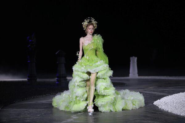 Модель модель в наряде марки Xiong Ying на Китайской неделе моды в Пекине