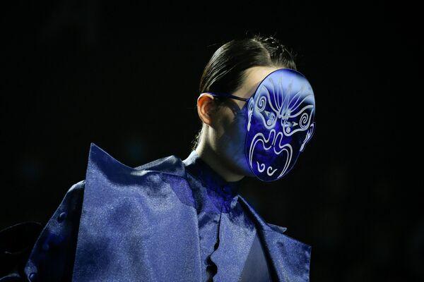 Модель на показе 29-го Международного конкурса молодых модельеров в рамках Недели моды в Пекине