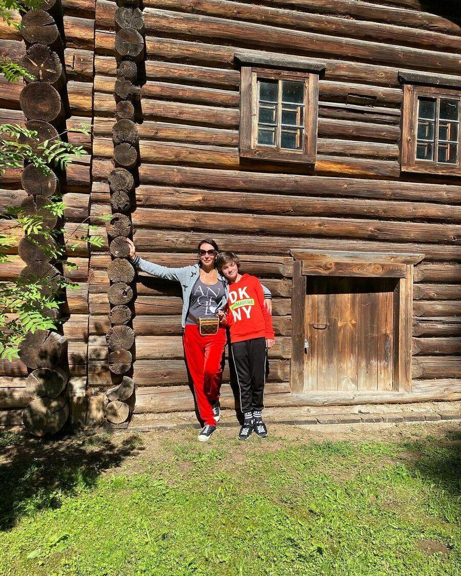 Алика Смехова с сыном в Костроме