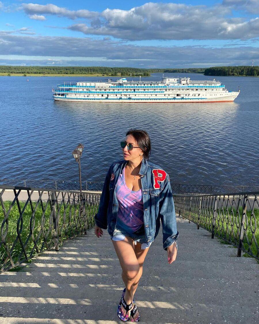 Алика Смехова в городе Мышкин во время круиза по Волге