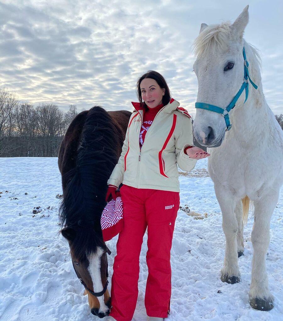 Алика Смехова в горнолыжном клубе в деревне Шуколово, Московская область