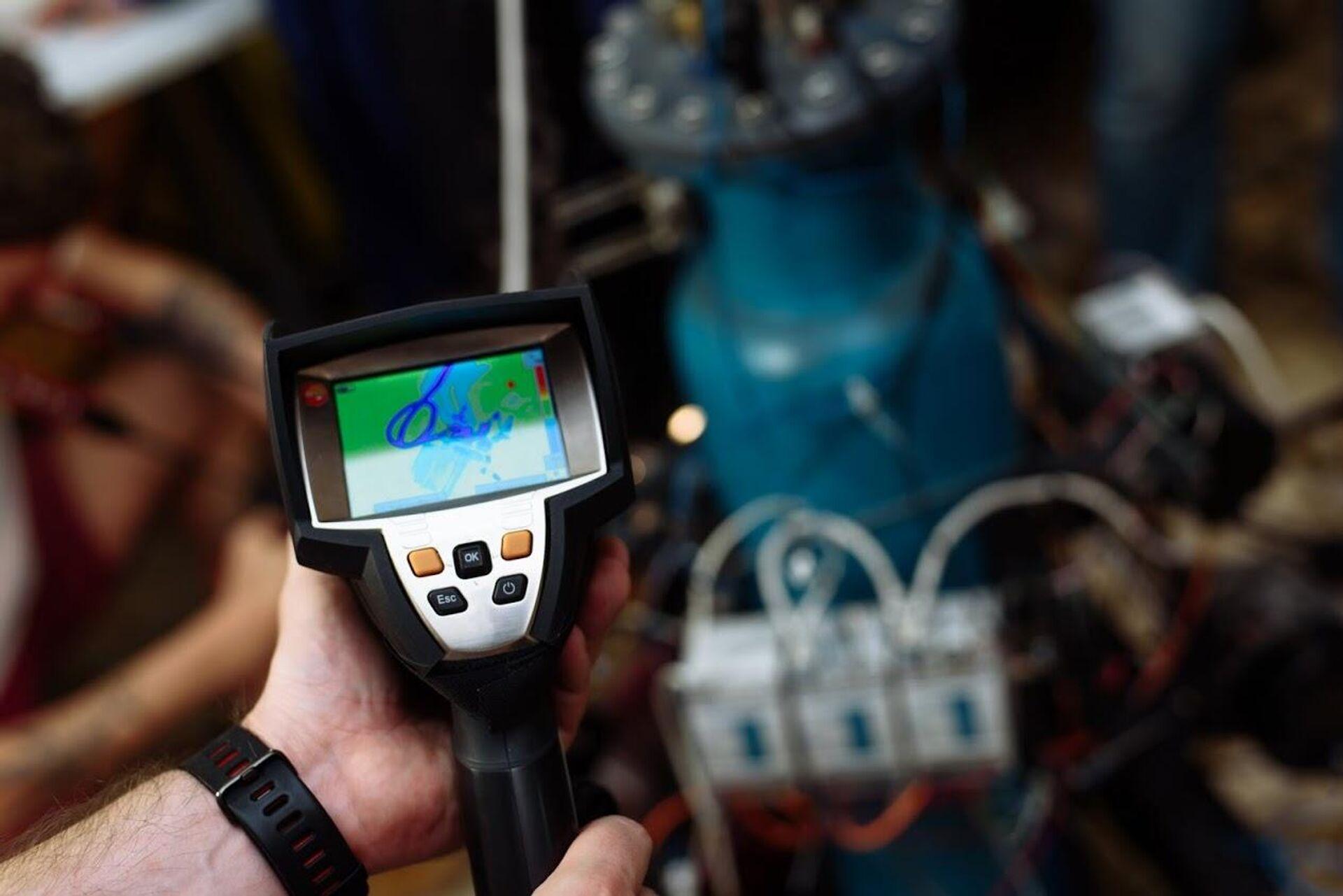 Измерение с помощью тепловизора уровня нагрева элементов установки  - РИА Новости, 1920, 26.03.2021