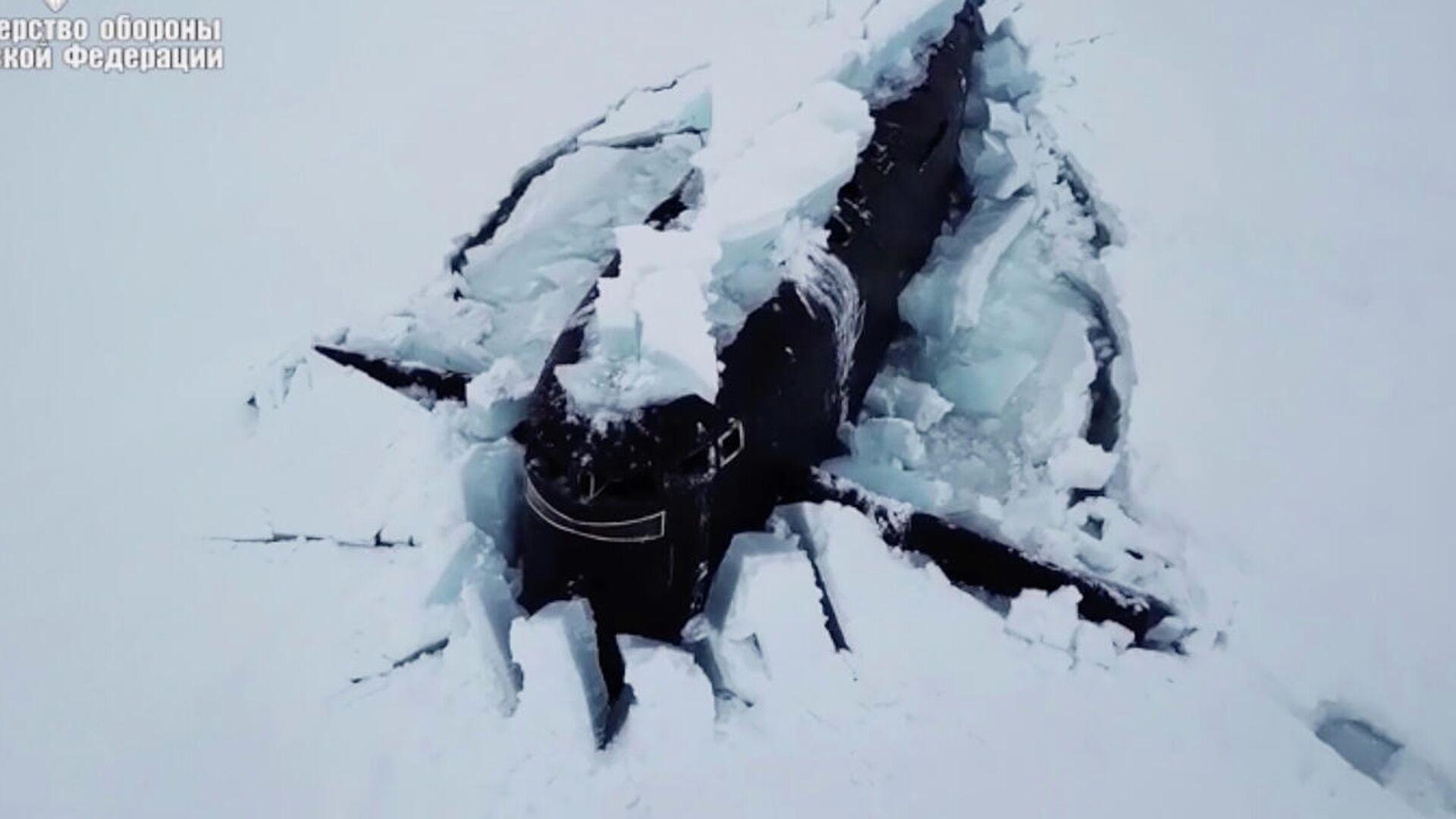 Три атомные подводные лодки одновременно всплыли, проломив лед в Арктике. Кадр видео - РИА Новости, 1920, 27.03.2021