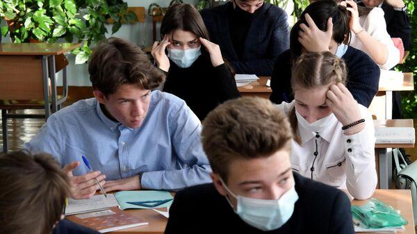 Учащиеся во время урока в общеобразовательной школе