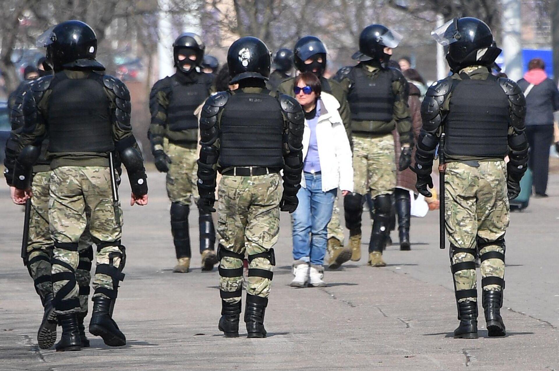 Сотрудники правоохранительных органов во время несанкционированной акции протеста в Минске - РИА Новости, 1920, 19.04.2021