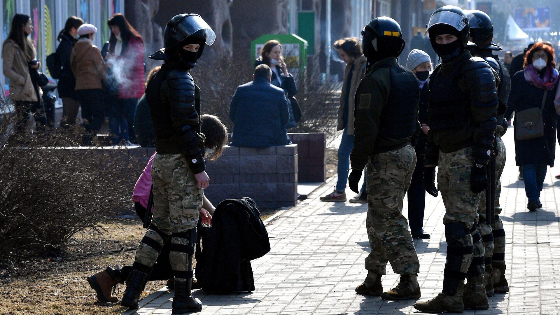 Сотрудники правоохранительных органов во время несанкционированной акции протеста в Минске - РИА Новости, 1920, 12.05.2021