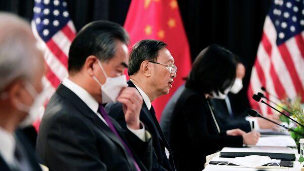 Глава канцелярии комиссии ЦК КПК по иностранным делам Ян Цзечи во время американо-китайских переговоров в Анкоридже, США