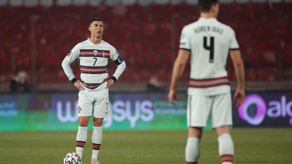 Нападающий сборной Португалии по футболу Криштиану Роналду (слева)