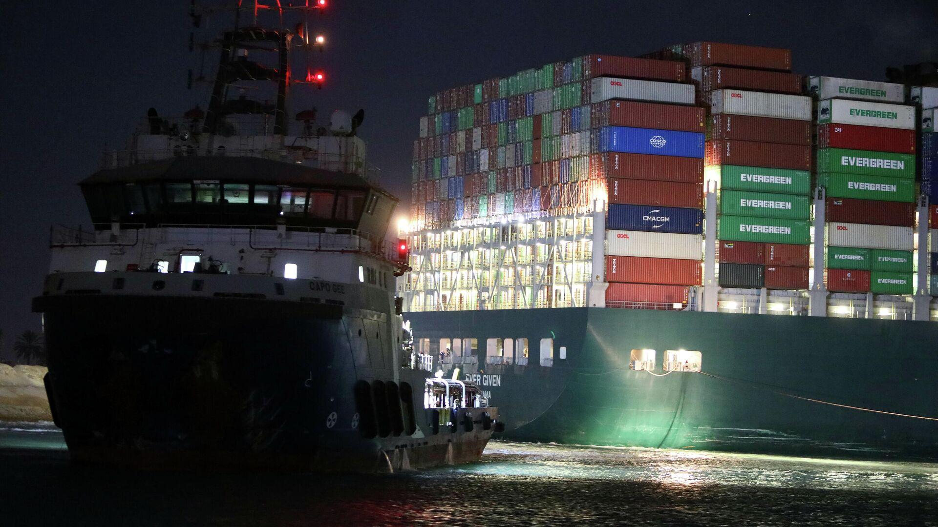 Буксиры возле контейнеровоза Ever Given, севшего на мель на 151-м километре Суэцкого канала - РИА Новости, 1920, 28.03.2021