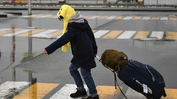 Подросток с вещами перед заездом в лагерь Артек в Симферополе
