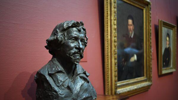 Работа скульптора Михаила Блоха Портрет И. Е. Репина (бюст, бронза) на выставке Илья Репин: известный и неизвестный в Третьяковской галерее в Москве.