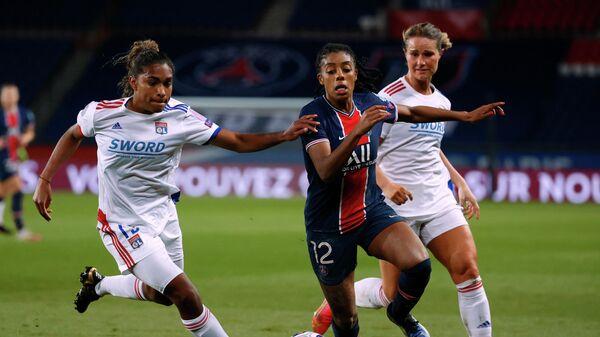 Игровой момент матча женской футбольной Лиги чемпионов Пари Сен-Жермен - Лион