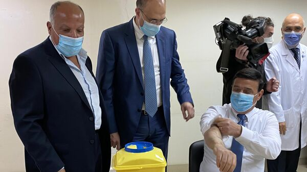 Министр транспорта Ливана Мишель Наджар, министр здравоохранения Ливана Хамед Хасан во время вакцинации от коронавируса