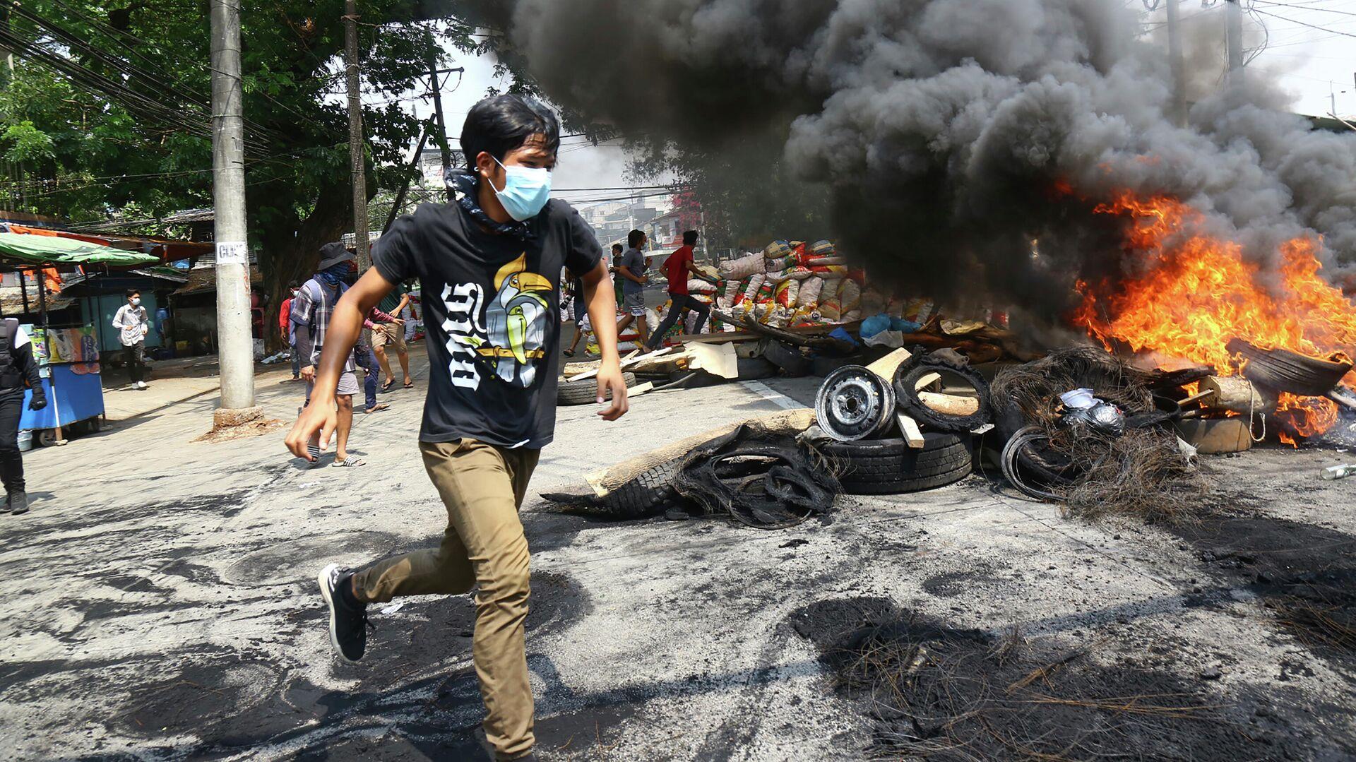 Участники акции протеста против военного переворота сжигают баррикады в Янгоне, Мьянма - РИА Новости, 1920, 05.05.2021