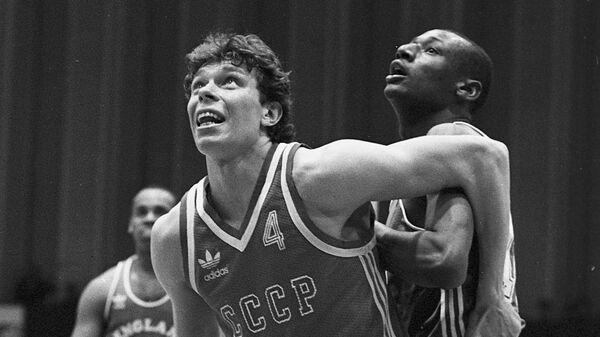 Баскетболист сборной команды СССР Александр Волков во время матча с командой Великобритании.
